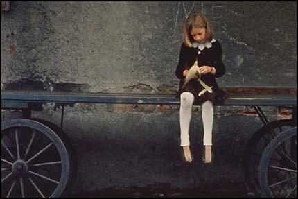 Композиция, баланс - девочка на повозке, сбалансирована