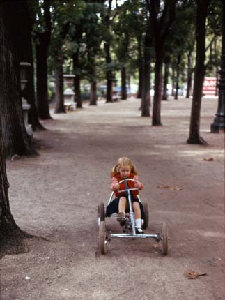 Композиция девочки на велосипеде
