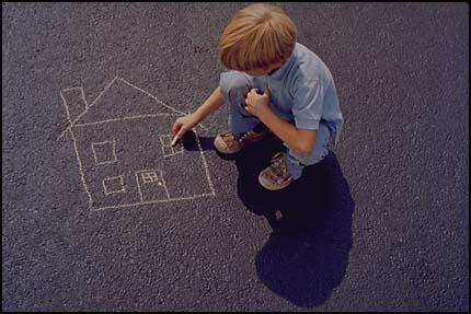 Композиция - мальчик рисует на асфальте мелом